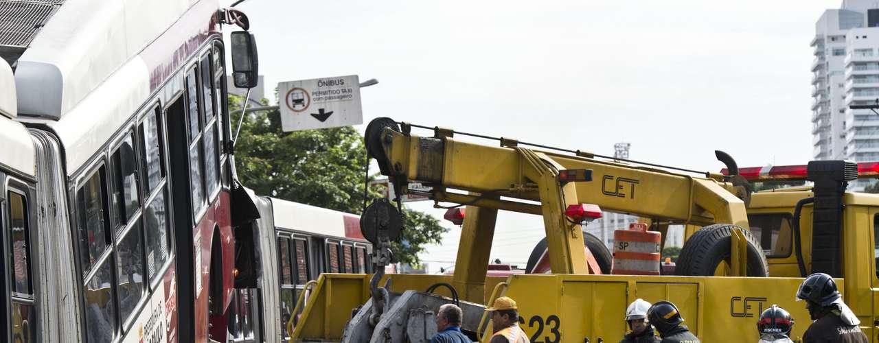 Guindastes foram usados para remover veículos envolvidos no acidente