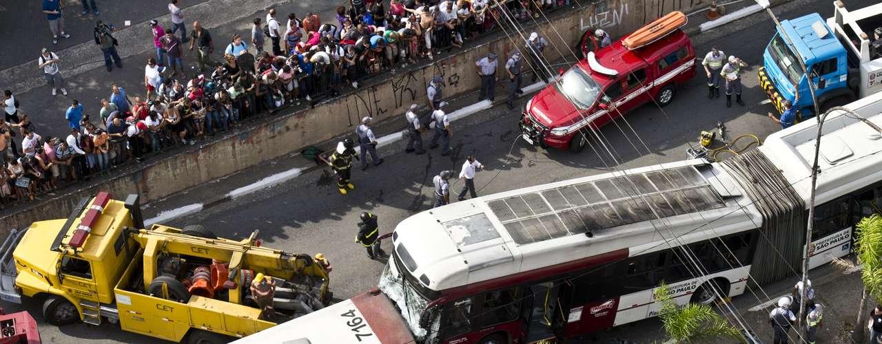 Avenida José Diniz ficou interditada para a remoção dos veículos envolvidos no acidente