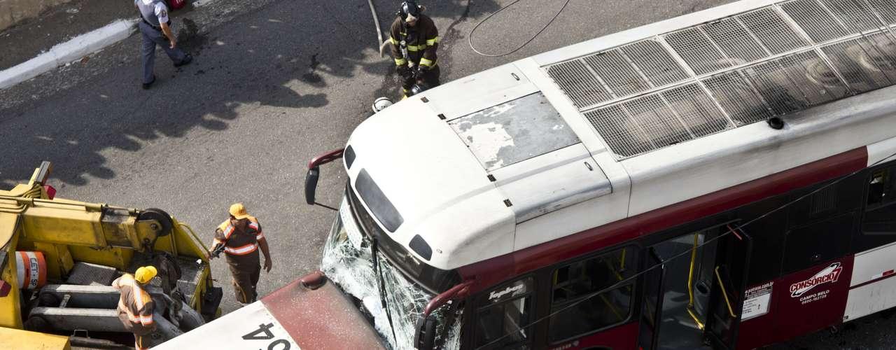 Sete viaturas dos bombeiros foram deslocadas para atender a ocorrência