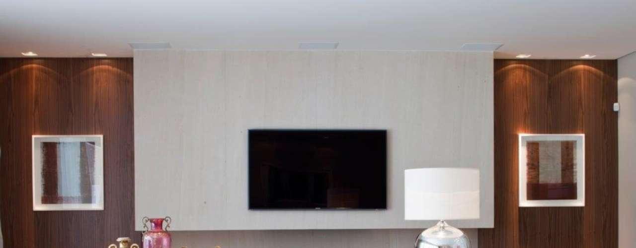 A tecnologia é bem importante neste projeto, afirma a designer de interiores Marília Veiga, cujo estilo clean e sóbrio esconde uma residência cheia de soluções de automatização. Os grandes móveis de madeira, por exemplo, ocultam vários equipamentos