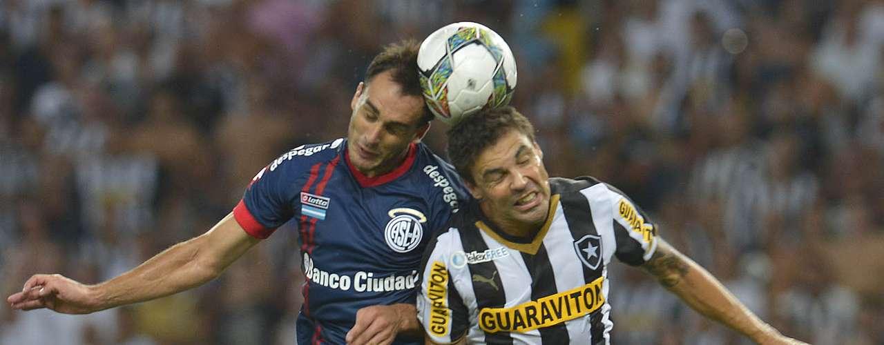 Bolívar disputa bola pelo alto