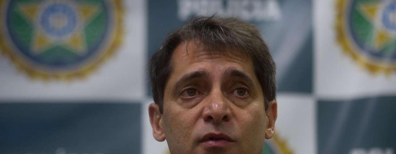 12 de fevereiro - Chefe da Polícia Civil do Rio de Janeiro, Fernando Veloso, disse que a polícia chegou primeiro ao Caio, suspeito de disparar o rojão que matou o cinegrafista da Bandeirantes Santiago Andrade, graças ao advogado