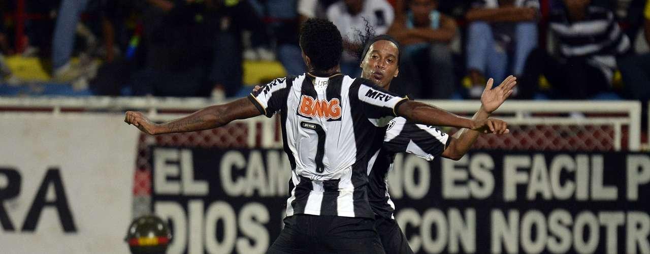 Com gol de Jô em cobrança de escanteio de Ronaldinho, o Atlético-MG escapou de tropeço na estreia da Copa Libertadores e venceu o Zamora, da Venezuela, por 1 a 0