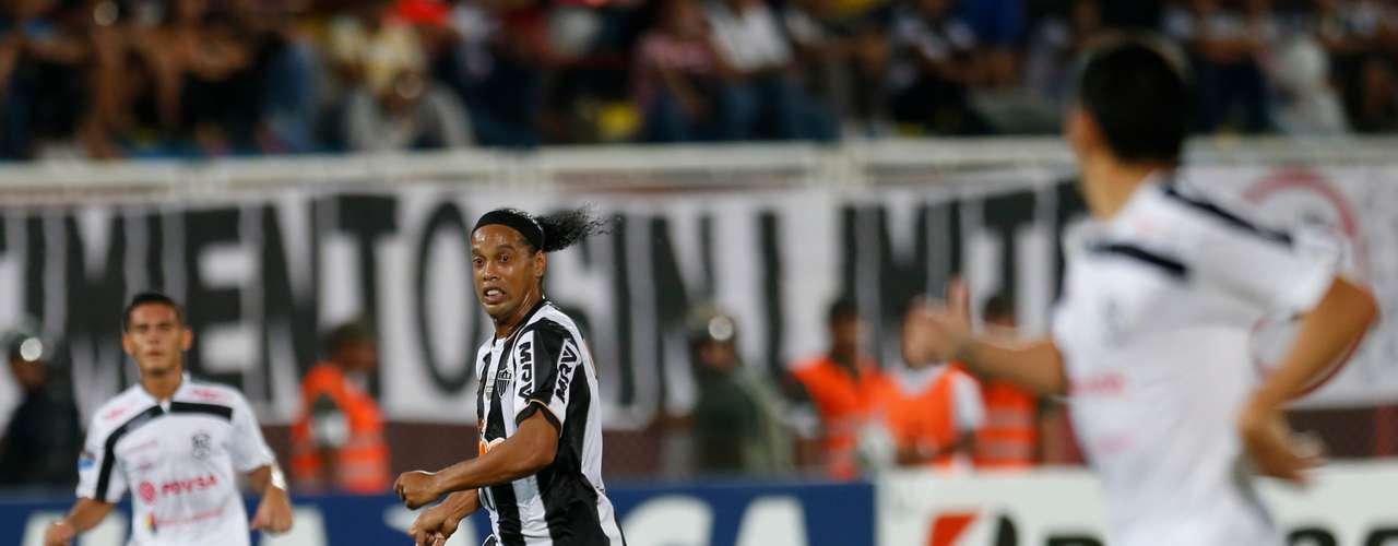 Ronaldinho tenta jogada em estreia do Atlético-MG na Copa Libertadores