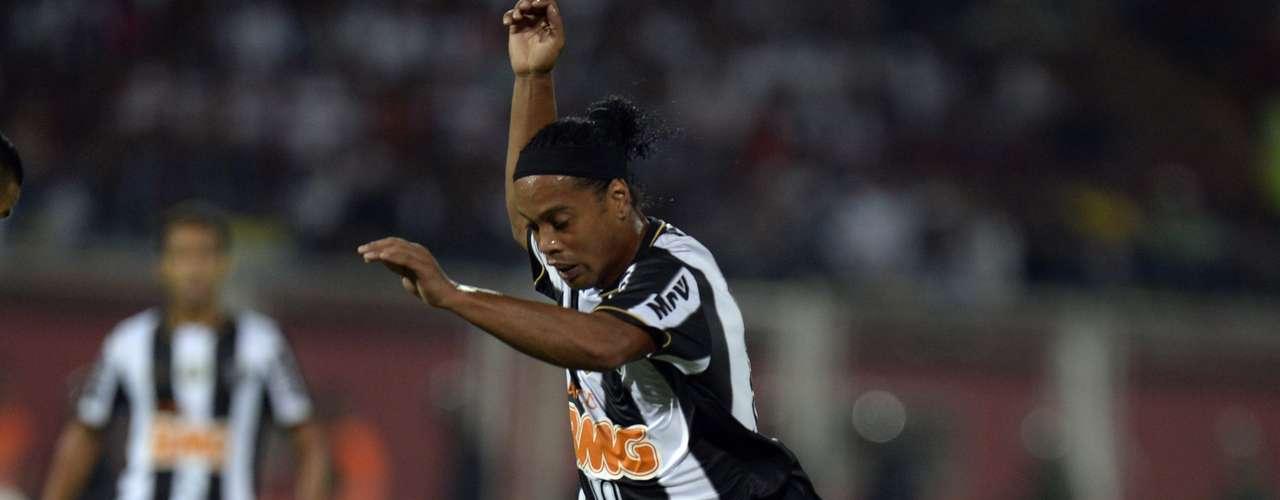Ronaldinho tenta passar pela marcação do Zamora