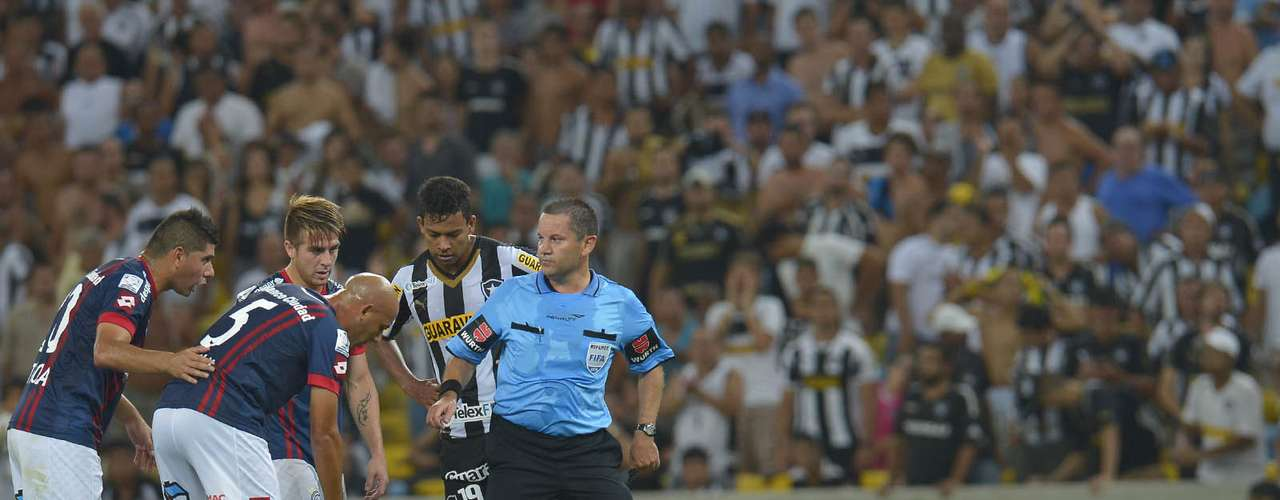 Jogador do San Lorenzo cai no gramado após falta recebida