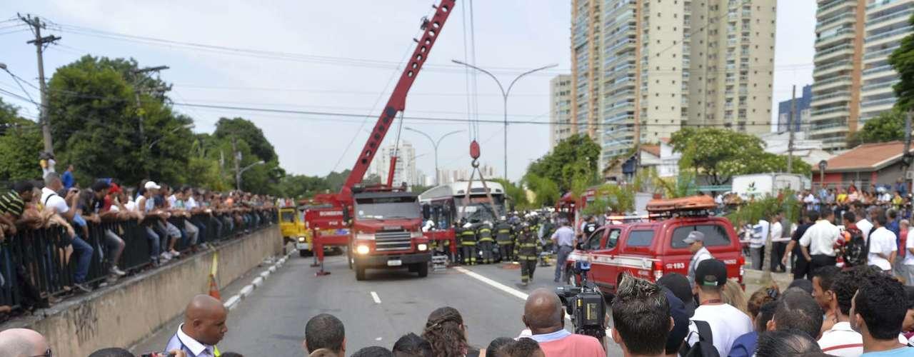 Muitas pessoas ficaram no entorno para observar o trabalho das equipes de resgate
