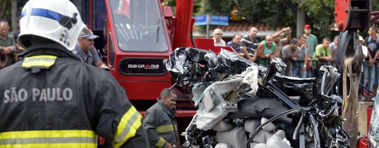 Equipes dos bombeiros mobilizadas no resgate aos corpos e no atendimento aos feridos