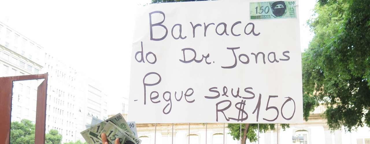 20 de fevereiro - Manifestantes fazem panfletagem durante protesto contra o aumento do valor da tarifa de ônibus no Rio de Janeiro na região da Candelária, no centro da cidade