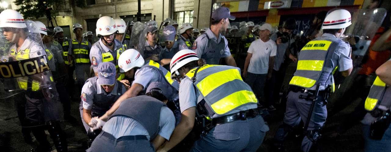 22 de fevereiro -PMs cercaram dezenas de manifestantes e os prenderam, na rua Coronel Xavier de Toledo. No local, policiais fizeram um cordão de isolamento e ameaçaram jornalistas que se aproximaram