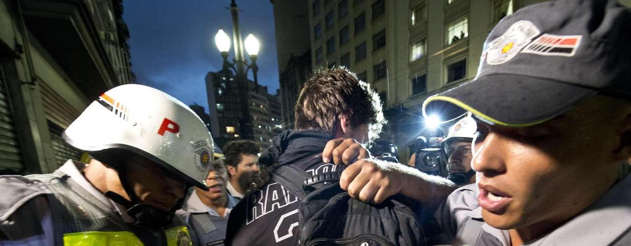 22 de fevereiro -Manifestantes e policiais militares entraram em confronto no início da noite deste sábado, em meio ao protesto realizado no centro de São Paulo contra a realização da Copa do Mundo no Brasil