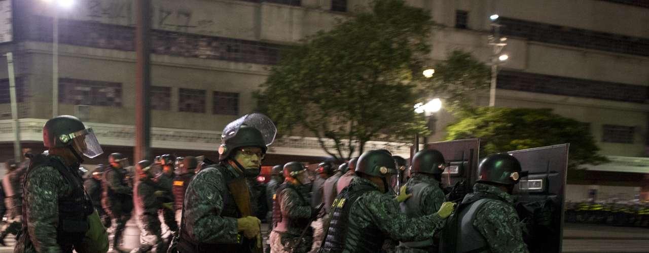 22 de fevereiro -Policiais usaram bombas para dispersar manifestantes no centro de São Paulo