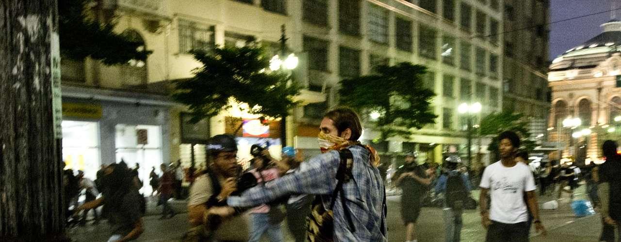22 de fevereiro -O fotógrafo do Terra Bruno Santos foi ferido na perna. Outros dois fotógrafos foram detidos pela PM