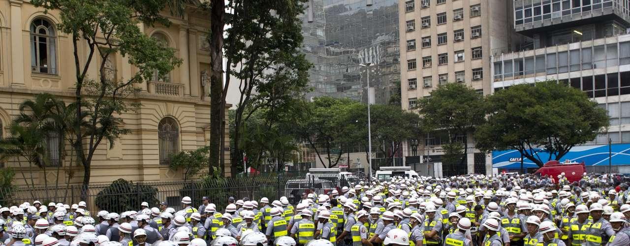 22 de fevereiro -Cerca de 1 mil policiais foram deslocados para acompanhar novo protesto contra a Copa do Mundo em São Paulo