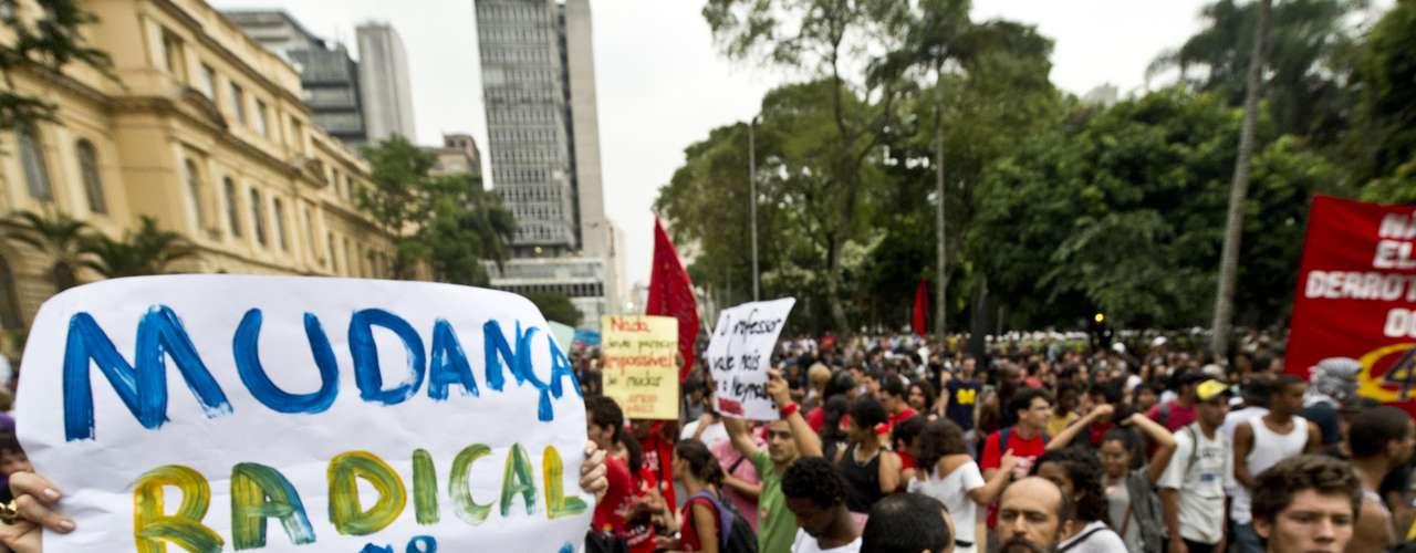 22 de fevereiro -Cartaz de manifestante pede \