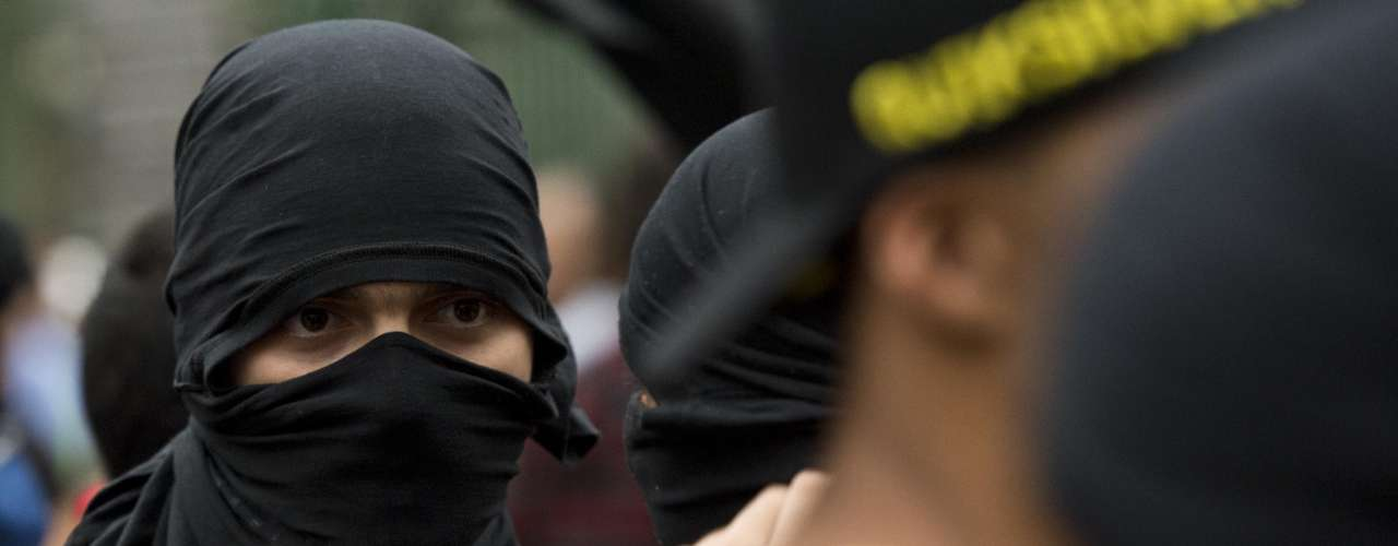 22 de fevereiro -Manifestante encapuzado mobilizado para o protesto em São Paulo contra a Copa do Mundo