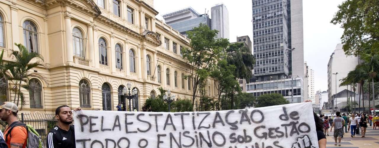 22 de fevereiro - Manifestantes pedem a estatização da totalidade do ensino e gestão do mesmo por conta de educadores e alunos