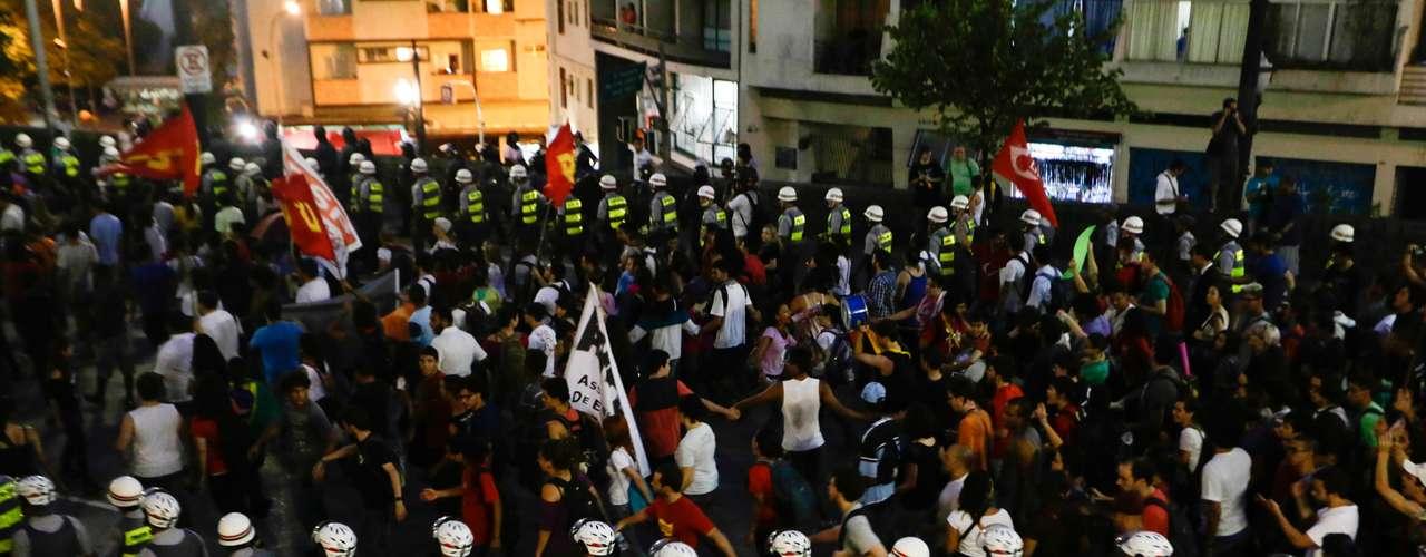 22 de fevereiro - Mil policiais acompanharam os pouco mais de mil manifestantes no protesto contra a Copa do Mundo em São Paulo neste sábado
