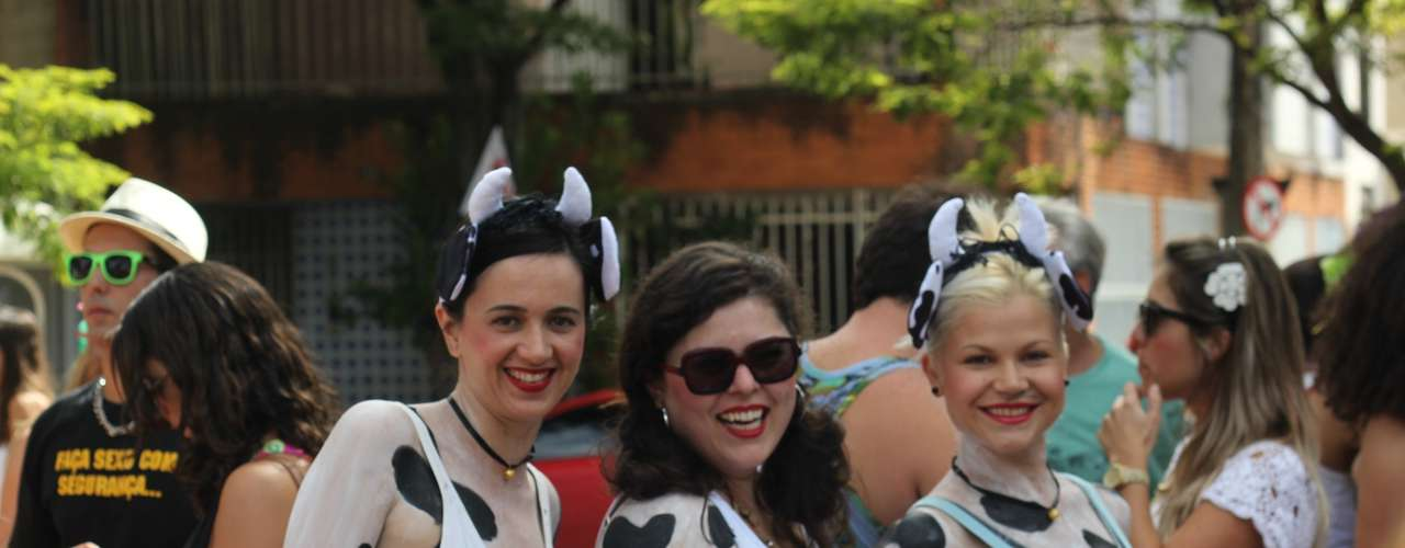 As amigas Larissa Agostini, Clarisse Girotto e Branca Puntel todos os anos vêm fantasiadas. Elas têm, inclusive uma banda chamada KUH  que em alemão significa... vaca