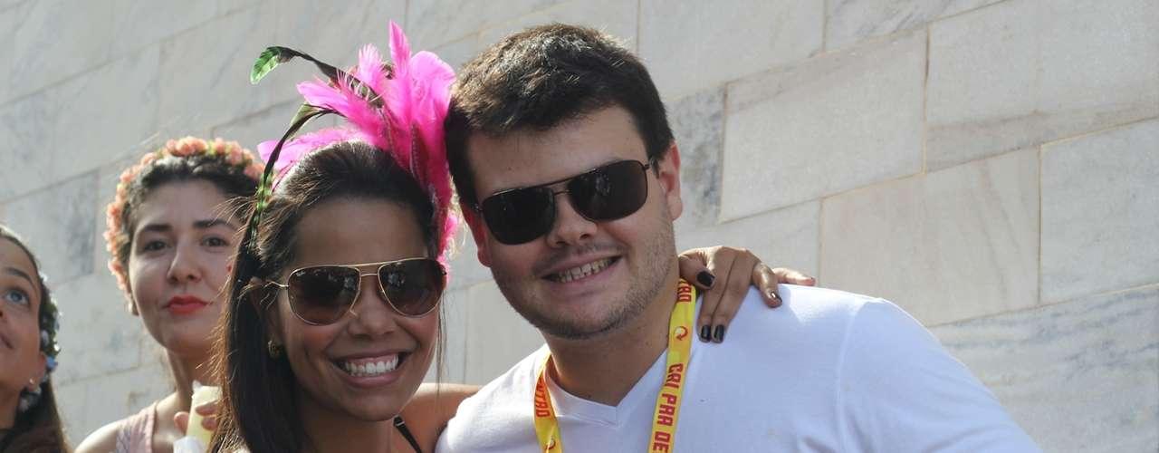 Casal curte o desfile do bloco mamá na Vaca, em Belo Horizonte