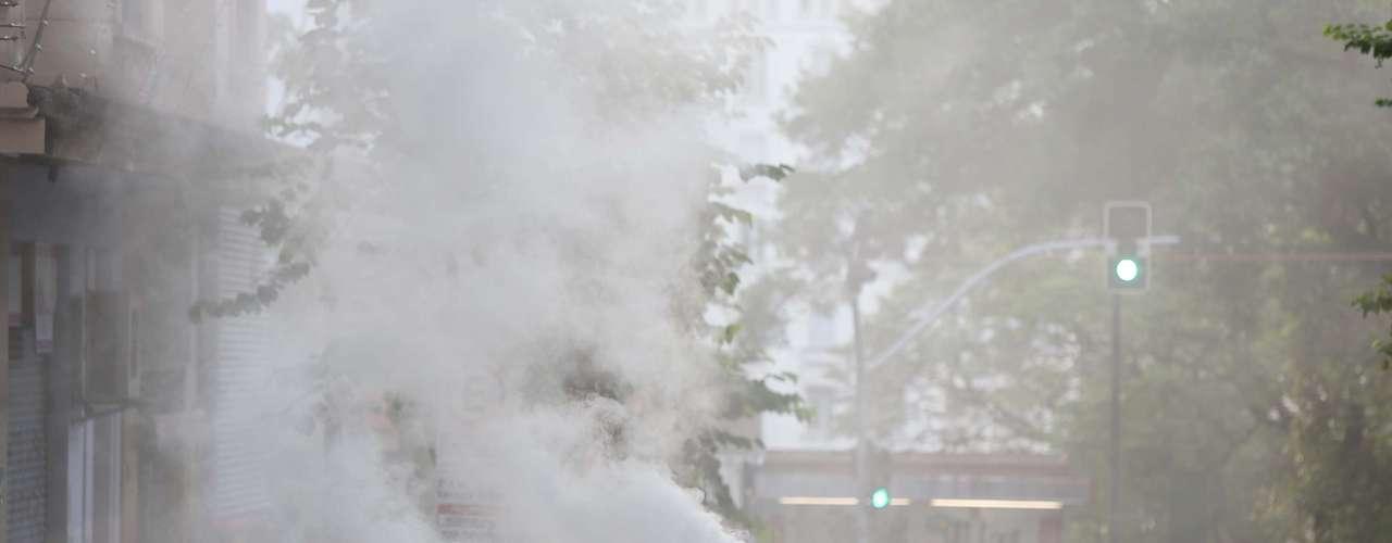 23 de fevereiro - A cidade de São Paulo amanheceu com agências de bancos quebradas, vidros estilhaçados e muitos objetos queimados, reflexos dos estragos causados pelo protesto contra a Copa do Mundo realizado no centro da cidade na noite de sábado