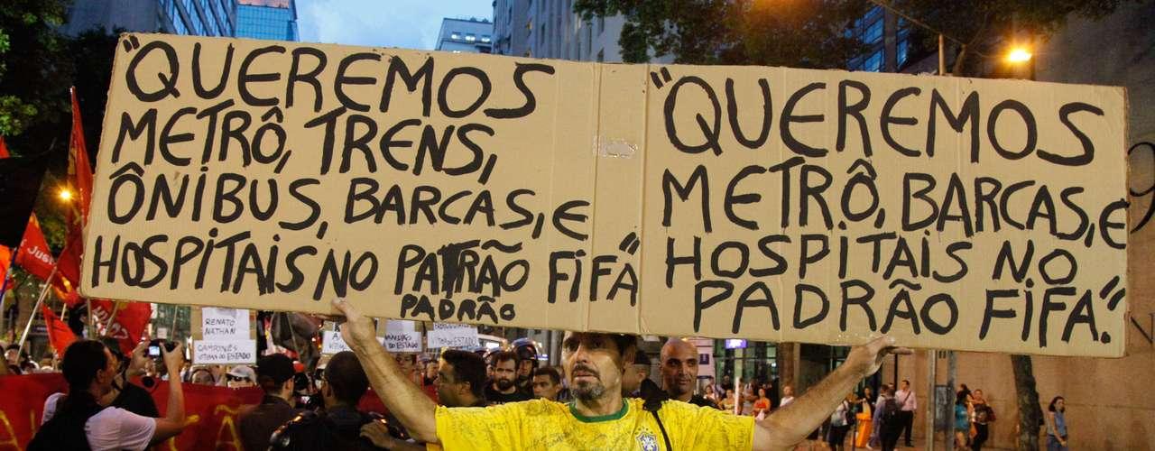 25 de fevereiro - Manifestantes protestam contra a realização da Copa do Mundo e o aumento das passagens urbanas de ônibus, trem e barcas no centro do Rio