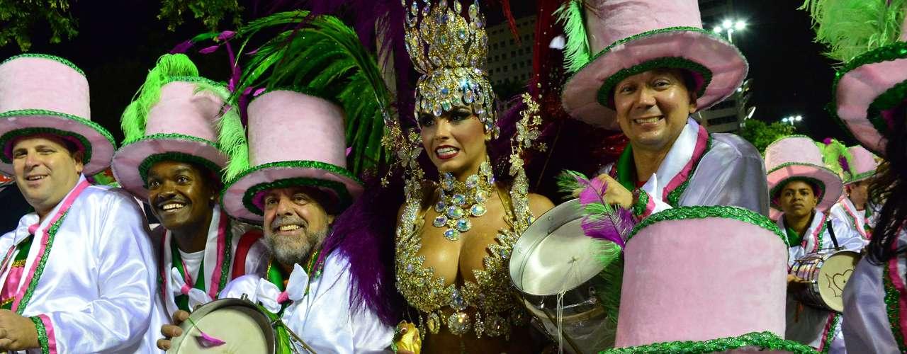 O enredoMajestade do Samba: os defensores do meu pavilhãoconta a história do primeiro mestre-sala e da primeira porta-bandeira, Ubaldo e Maria Adamastor