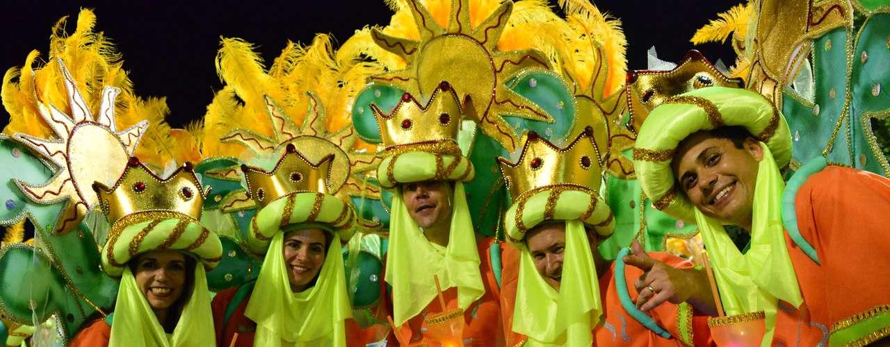 O Império Serrano fechou o desfile com um ótimo Carnaval, mas teve problemas no carro abre-alas