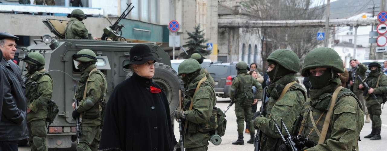 1 de março de 2014 -Civis observam militares uniformizados sem identificação que estão bloqueando base naval na Ucrânia