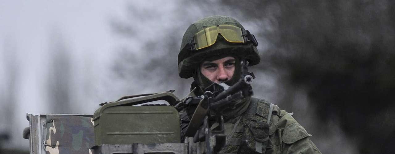 1 de março de 2014 -Homem uniformizado olha de cima de um veículo militar enquanto tropas tomam o controle dos escritórios da Guarda Costeira em Balaclava, periferia de Sevastopol, Ucrânia