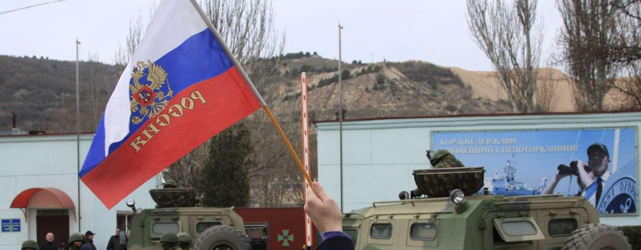 1 de março de 2014 -Tropas russas sem identificação ficam de guarda em Balaclava, nos arredores de Sevastopol, Ucrânia