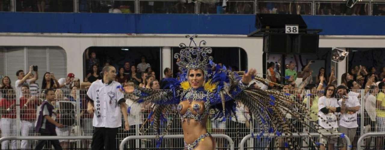 Ana Paulo Minerato desfilou de azul e esta cor enfeitava os seios dela, no desfile pela Gaviões