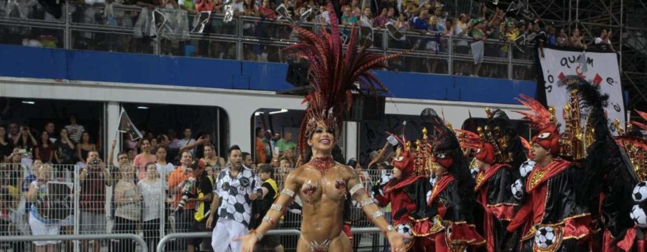 Fabiana Frota, mulher do ator Alexandre Frota desfilou apenas com um tapa-sexo vermelho pela Gaviões da Fiel