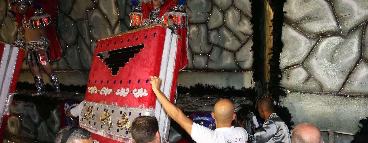 Componentes da escola de samba Acadêmicos do Tatuapé empurram o carro abre-alas no início do desfile deste domingo