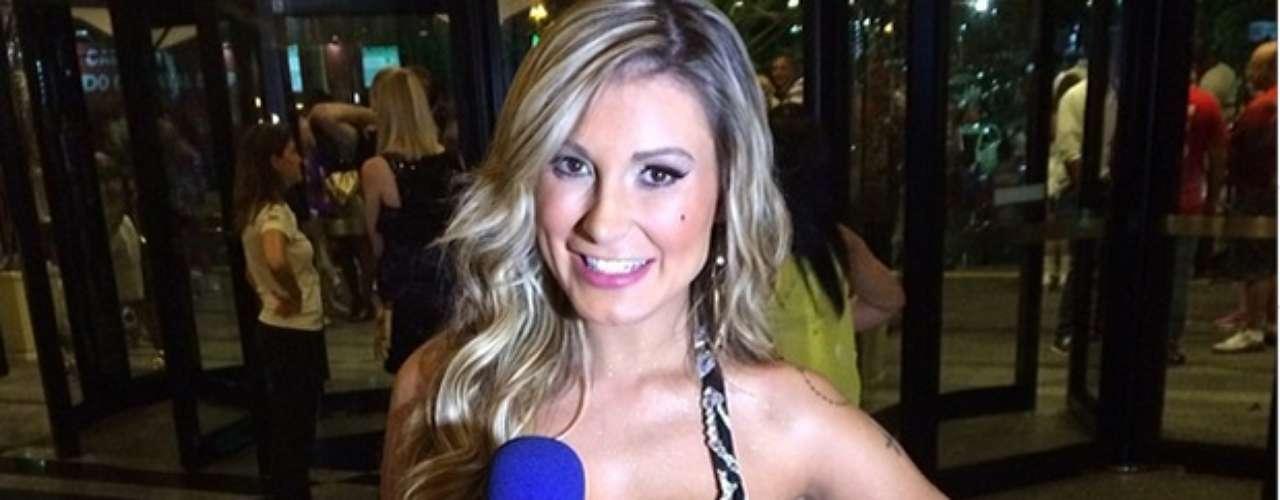 No Carnaval 2014, a loira chama a atenção e, além de desfilar, ajuda na reportagem da Rede TV
