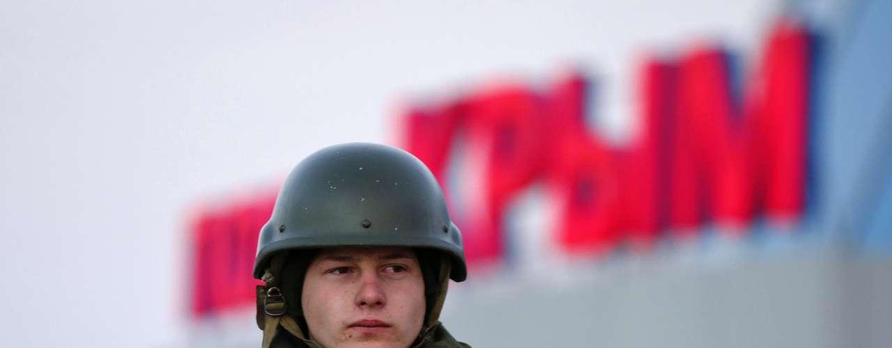 3 de março de 2014 -Homem armado, possível soldado russo, em porto da cidade de Kerch, na Crimeira
