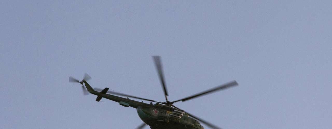 3 de março de 2014 -Helicóptero militar russo voa perto de Simferopol, Crimeia, nesta segunda-feira