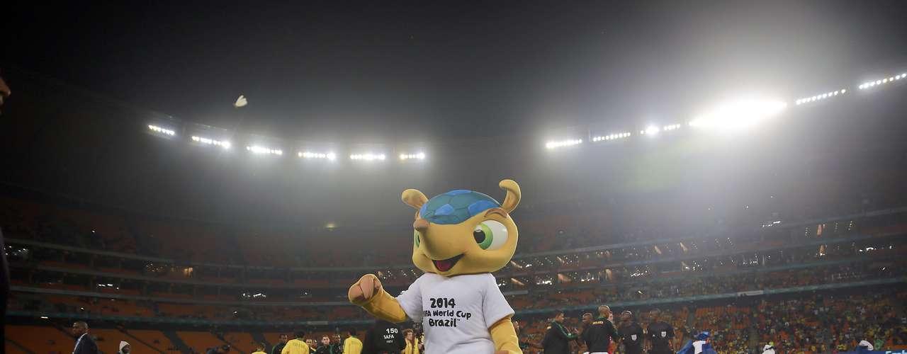 Mascote da Copa do Mundo de 2014, tatu Fuleco fez aparição no gramado antes do pontapé inicial