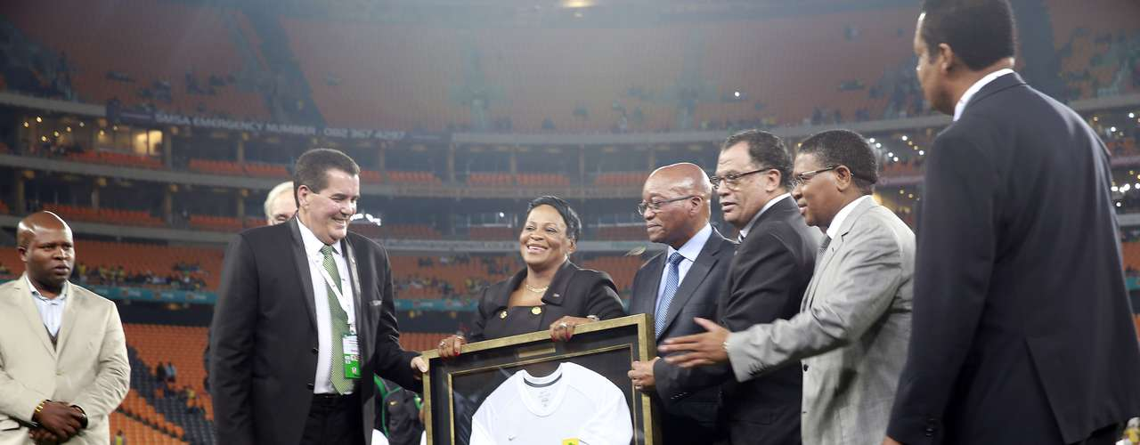 Família do ex-presidente sul-africanoNelson Mandela compareceu ao gramado para receber camisa em homenagem ao amistoso