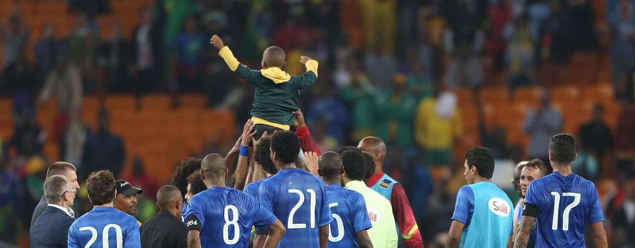 Ayo Dosumo, 7 anos, foi protegido por Neymar contra seguranças após invadir gramado