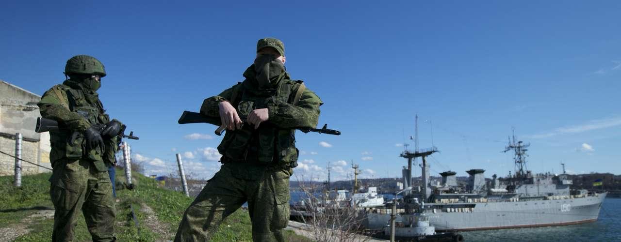 5 de março de 2014 - Soldados russos vigiam local onde estão ancorados dois navios da Ucrânia, em Sebastopol, na Crimeia