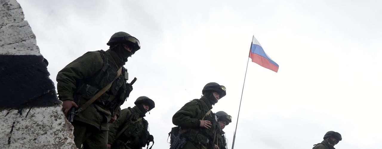 7 de março de 2014 -Grupode militares armados permanece próximode un acesso à base militar localizada emPerevalnoye, arredoresde Simferópol, na Crimeia