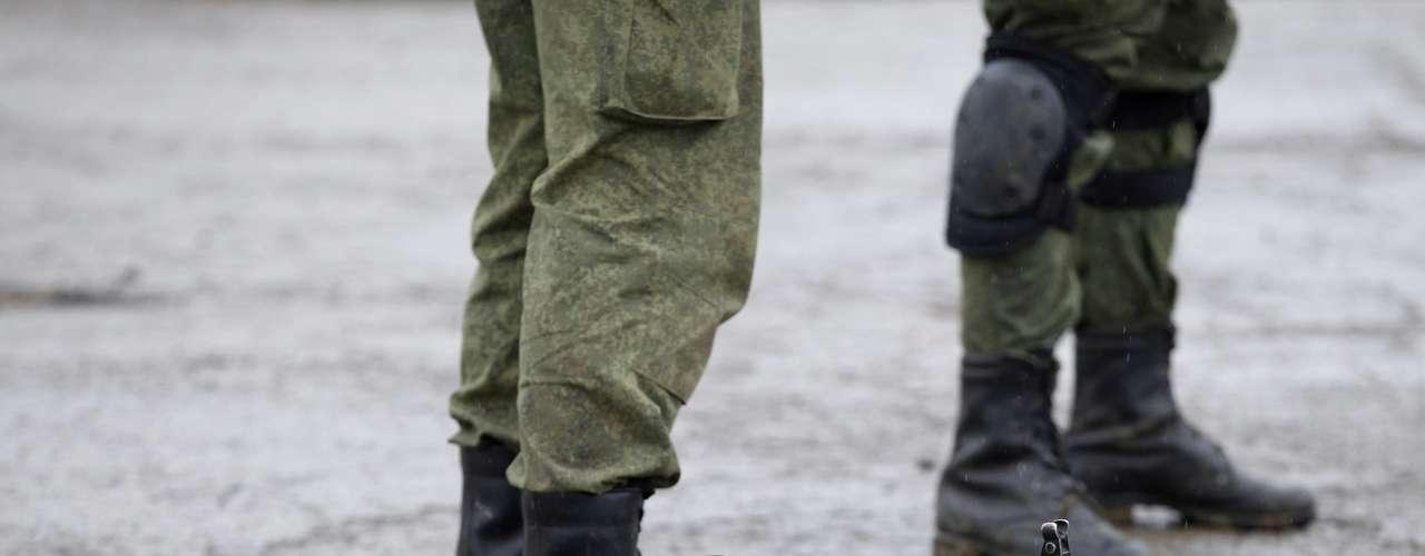 7 de março - Homens uniformizados, que acredita-se serem soldados russos, permanecem perto de uma base militar ucraniana em Perevalnoye, arredores de Simferopol, na Crimeia. A Ucrânia disse que aceita dialogar com a Rússia, mas exige que Moscou retire suas tropas do país