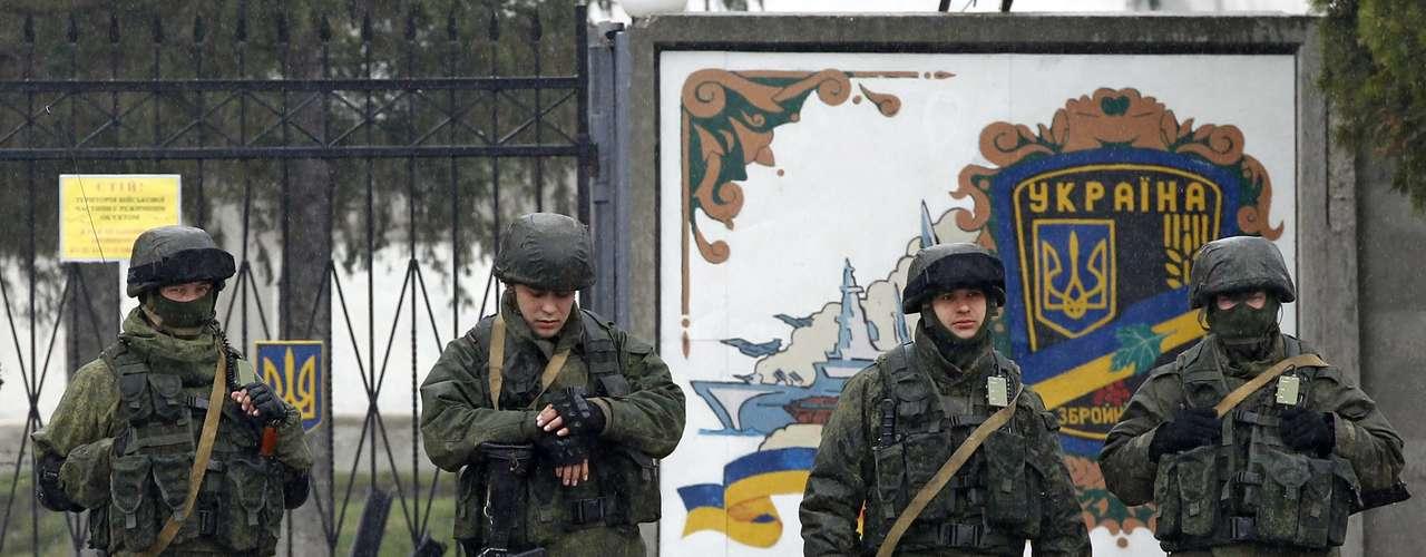 7 de março -Homens uniformizados, que acredita-se serem soldados russos, permanecem perto de uma base militar ucraniana emPerevalnoye, arredores deSimferopol, na Crimeia