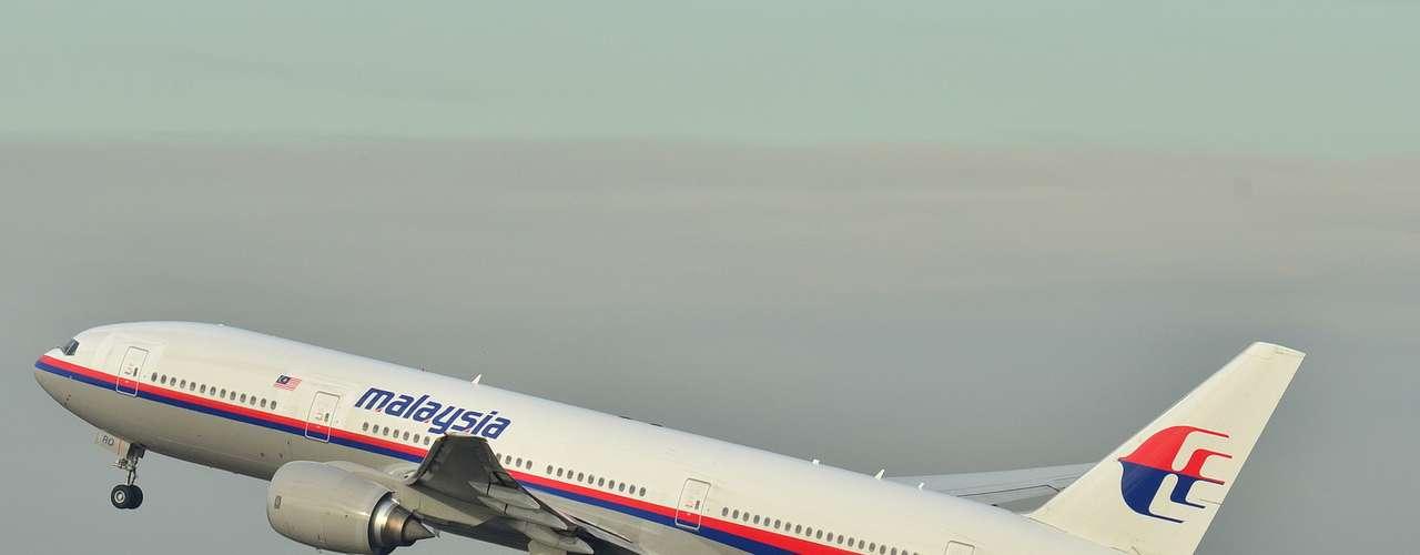 Boeing 777 da Malaysia Airlines, que desapareceudas telas de controle de tráfego aéreo nas primeiras horas deste sábado, transportando 239 pessoas. O vôo ia deKuala Lumpur, na Malásia, para Pequim.Foto de dezembro de 2011