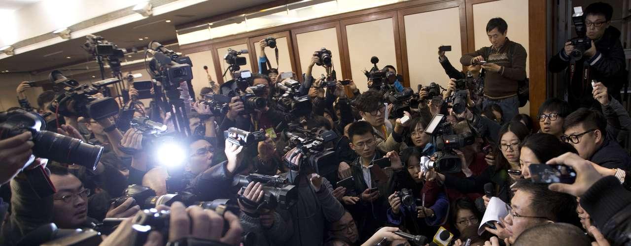8 de março -Porta-voz da Malaysia Airlines, a direita,fala com a imprensa em hotel em Beijing, China