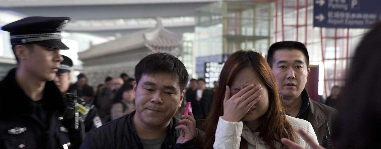 8 de março - Familiares dos passageiros que estavam no vôo aguardam informações sobre o desaparecimento da aeronave