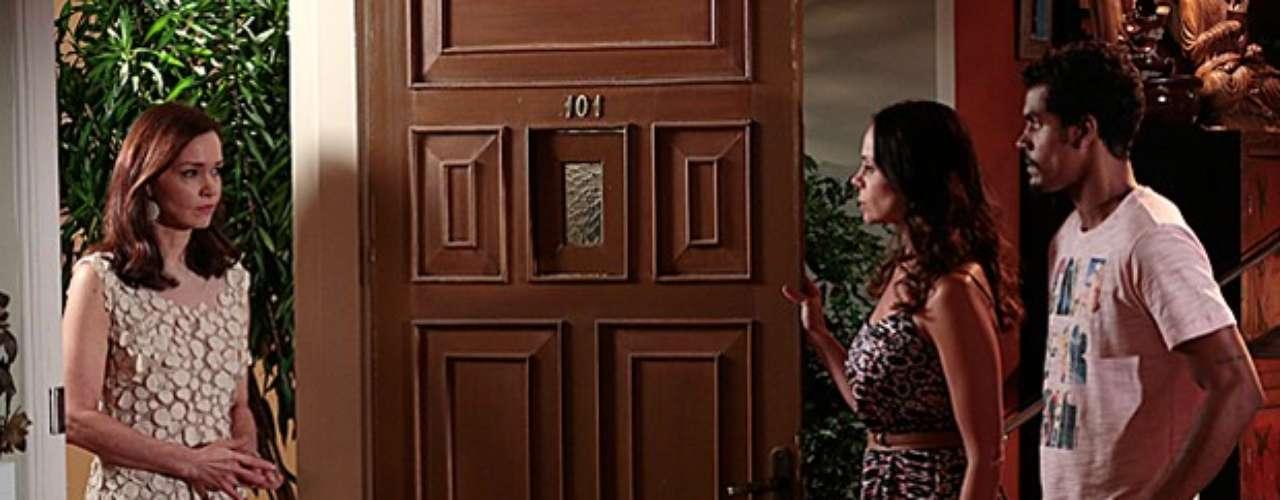 Helena faz Juliana admitir que roubou joia de sua casa de leilões