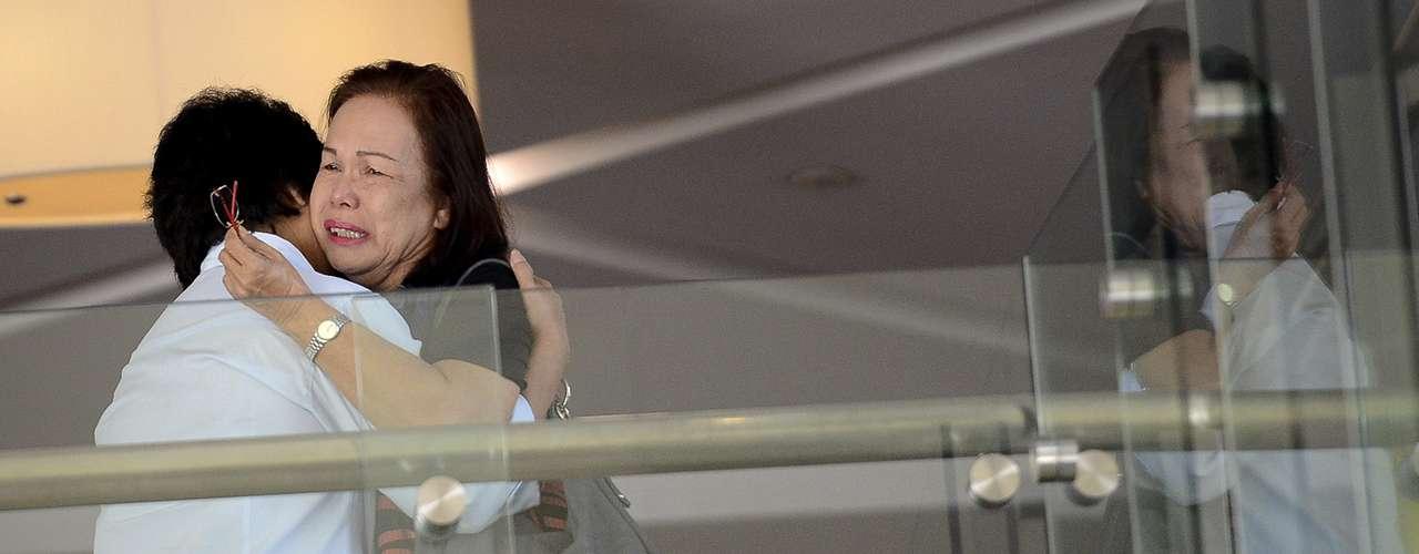 9 de março -Familiares de passageiros do vôo desaparecido da Malaysia Airlines choram no hotel Putrajaya, na Malásia, onde as famílias aguardam informações e recebem assistência
