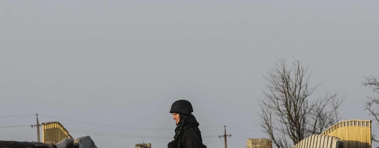 11 de março - Soldado ucraniano caminhanas ruas da vila de Stavki, próxima à Crimeia, nesta terça-feira